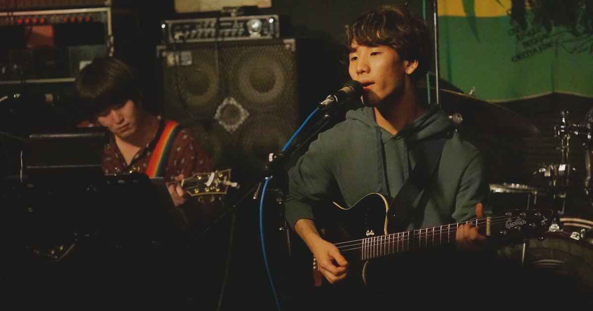 ギターを弾いて歌うやぎちょん