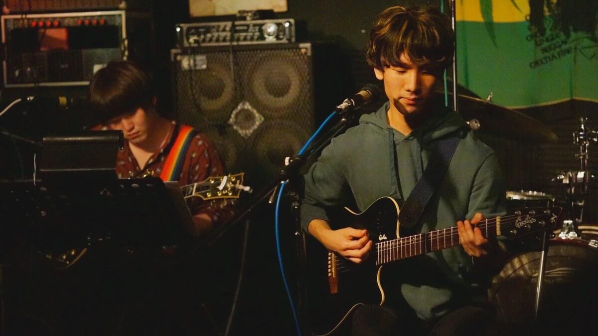 ギターを弾くやぎちょんと森