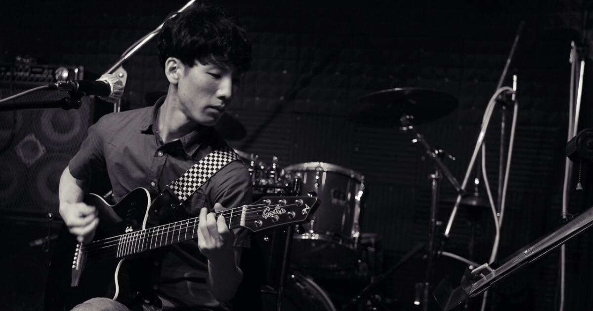 ライブでギターを弾くサイト管理人やぎちょん